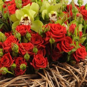 Влюбленное сердце - композиция на оазисе с кустовой розой и орхидеейПриближается желанный день для всех влюбленных. Подарите любимой в этот день Влюбленное сердце. Композиция, выполненная из алой розы в гармоничном сочетании с экзотической орхидеей, а зелень придаст букету весенней свежести и внесет нотку роман...<br>