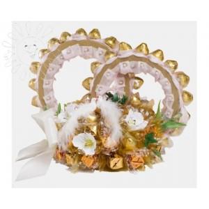 Свадебная композицияСостав композиции: Шкоколадные конфеты несколько видов - 800-900 грамм, флористический материал. ВНИМАНИЕ: СРОК ИЗГОТОВЛЕНИЯ 2 ДНЯ....<br>