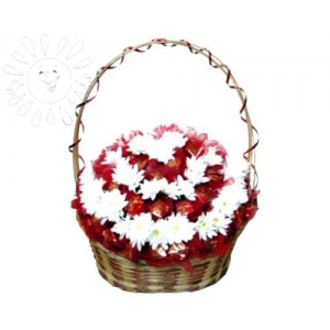 Корзина из белых хризантем и конфетДоставка букетов из конфет возможна при оформлении заказа не ранее чем за 2  (два) рабочих дня до планируемой даты доставки.<br><br><br><br>Состав композиции: - Белые кустовые хризантемы - 20 штук, - Шоколадные конфеты - 1500-1700 грамм, - Плетеная ...<br>