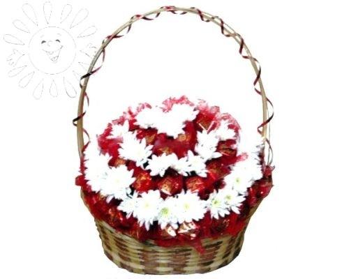 Корзина из белых хризантем и конфет