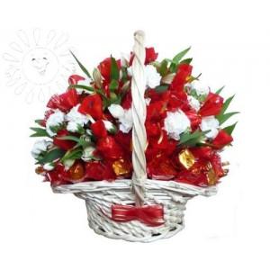 Композиция из цветов и конфетДоставка букетов из конфет возможна при оформлении заказа не ранее чем за 2 (два) рабочих дня до планируемой даты доставки.<br><br><br><br>Состав композиции: Кустовая гвоздика, Альстромерия, Конфеты шоколадные - 1-1,2 кг, Оазис, Корзина, Флористичес...<br>
