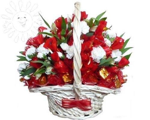 Композиция из цветов и конфет
