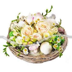Пасхальное гнездо - композиция из роз и яицРозы , хризантема кустовая, зелень, декоративные яйца Одним из необходимых атрибутов Пасхи являются расписанные яйца. Композиция из роз, кустовых хризантем, зелени и декоративных яиц отлично подходит к тематике праздника. Сочетание компонентов симво...<br>