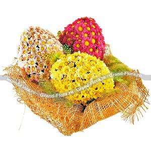 Пасхальное триоПасхальная композиция из кустовой хризантемы разных расцветок притягивает к себе взгляды, поражая неординарностью исполнения. Она станет непревзойденным атрибутом праздника. Цветочные яйца в корзиночке будут выглядеть потрясающе при оформлении Вашег...<br>