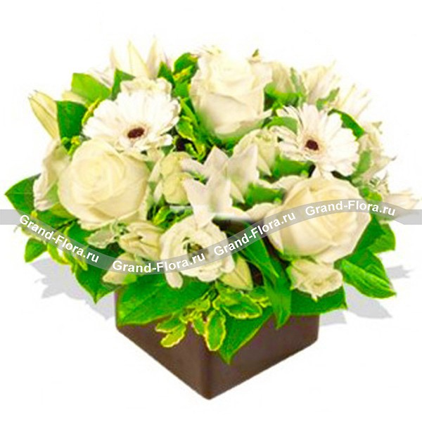 Композиция на оазисе в белых тонах из лилии ,розы и герберы