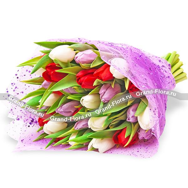 Весна на ладонях - букет из разноцветных тюльпанов