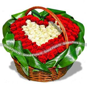 Вместе навсегда - корзина из красных и белых  роз в виде сердца