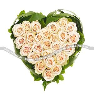 Сердце из 35 кремовых роз - КупидонПрекрасная композиция из нежно-кремовых роз несет в себе символ чистоты и невинности. Заказав своей любимой очаровательное, нежное сердце из роз с доставкой, собравшееся под зеленым ободком сочно-зеленой листвы, вы сможете, не говоря ни слова, рас...<br>