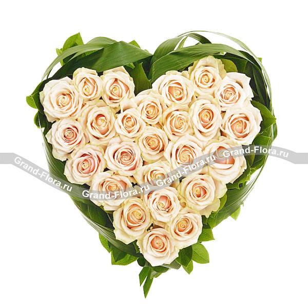 Сердце из 35 кремовых роз - Купидон