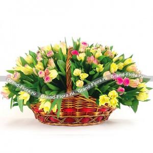 Единственной - корзина из тюльпанов и кустовых розШикарная корзина из лимонных тюльпанов и нежных розовых роз – это незабываемый подарок, который сразит наповал даже того, кто не является любителем цветов. Согласитесь, каждый цветок красив и хорош по-своему, а когда их целая охапка, то мы теряем го...<br>