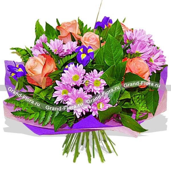 Живописный букет из роз и хризантем