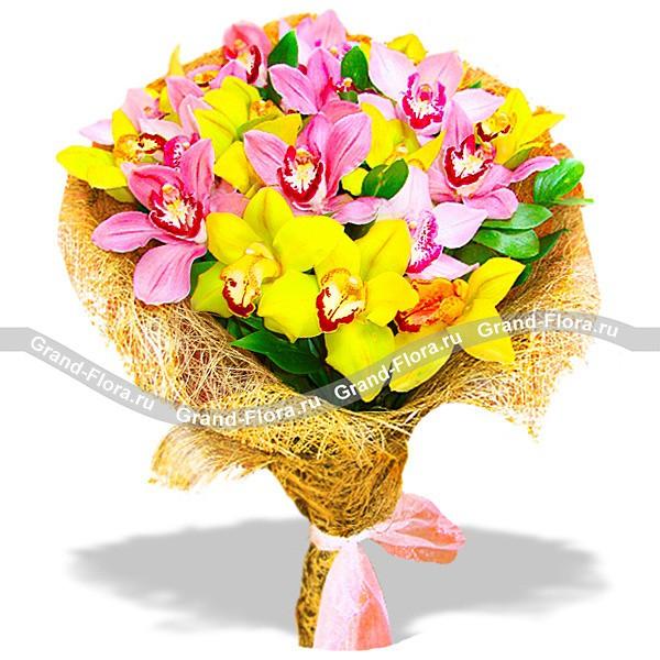 Букет из нежных орхидей желтого и розового цвета