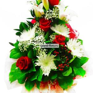 Водопад восхищенияИзумительный букет в форме капли из красных роз, лилий и хризантем, заставит улыбаться и настроит на позитив. Этот букет идеально подойдет для подарка мужчине. Наша служба доставки цветов по России и всему миру, доставит свежий букет в срок и с...<br>