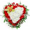 Красивая композиция в форме сердца из гвоздики  хризантемы и орхидеи