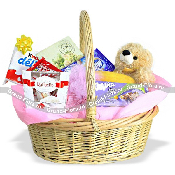 Корзина со сладостями и игрушкой