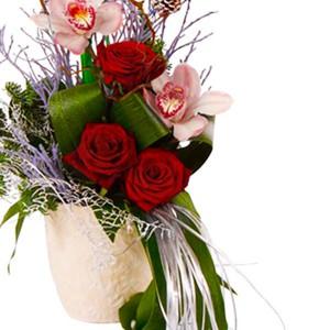 В гостях у сказкиПрелестная композиция с загадочными орхидеями, грациозными розами, украшена нежным голубком...<br>