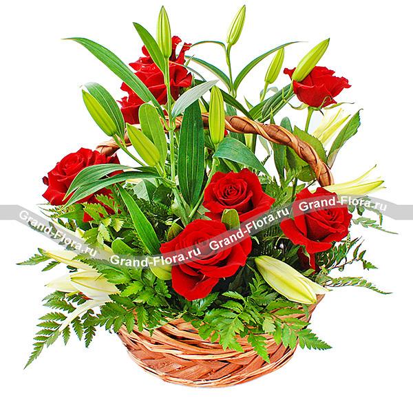 Композиция из ярко-красных роз в обрамлении белых лилий