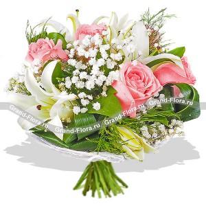 Букет розовых роз с зеленью - Первое свиданиеБукет из роз всегда был символом любви. Если вы только начинаете свои отношения с девушкой, и не знаете о ее предпочтениях, то лучшим вариантом будет скромный и трогательный букетик из роз розового цвета, нежной белой лилии и гипсофилы. Вкрапле...<br>
