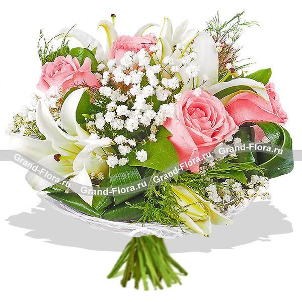 Букет из белых лилий, розовых роз и гипсофилы