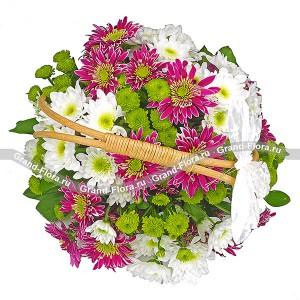 Утро на верандеВолшебная корзинка с нежными хризантемами создаст романтичное настроение. Чудесная декоративная бабочка на ручке является стильным дополнением этого флористического шедевра. Сочетание белых, фиолетовых и зеленых оттенков делают корзинку отличным под...<br>