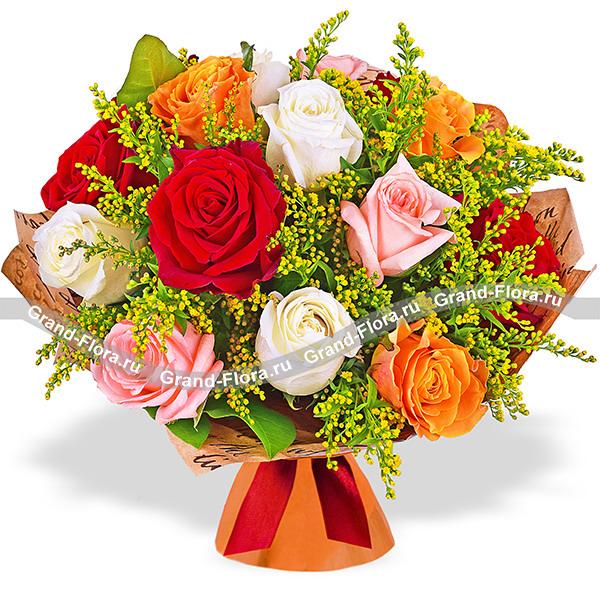 Осенний поцелуй - букет из разноцветных роз и солидаго