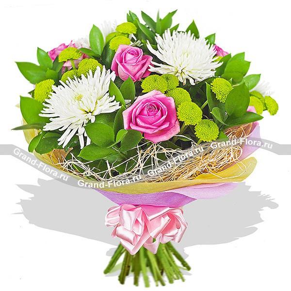 Красивый смешанный букет из роз и хризантемы