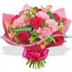 Букет из гвоздик в красно-розовых тонах