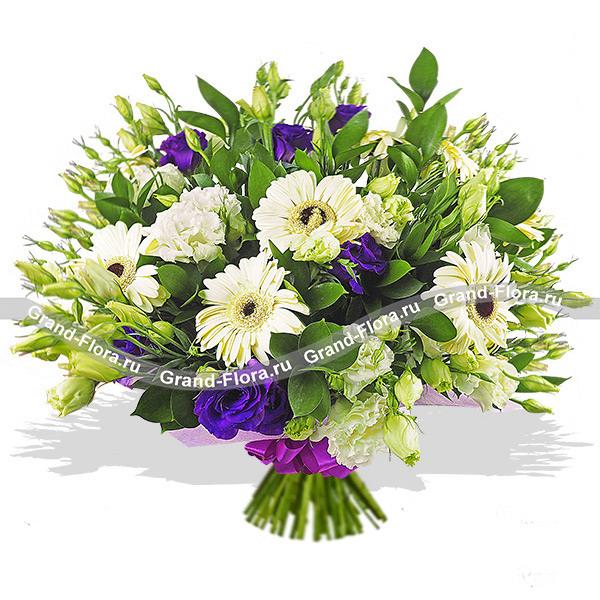 Букет из белой и фиолетовой эустомы и белой герберы