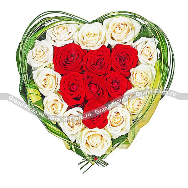 Аделина - композиция на оазисе из роз в виде сердца