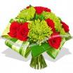 Стильный букет из красных роз и хризантем
