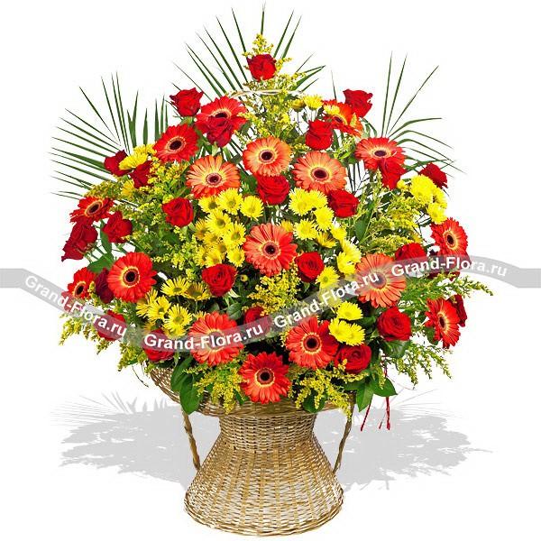 Торжественная композиция из красных гербер и желтых хризантем