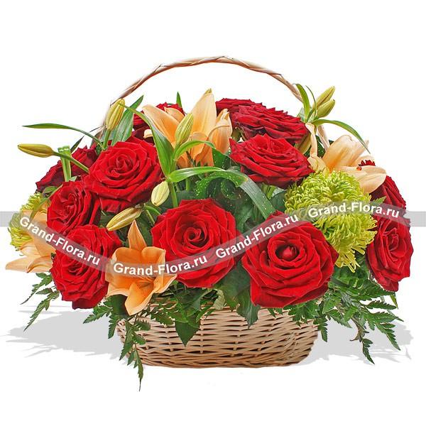 Цветочная корзина из алых роз и оранжевых лилий