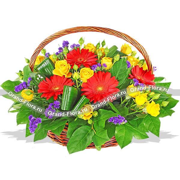 Корзина из роз ,гербер , статицы и декоративной зелени