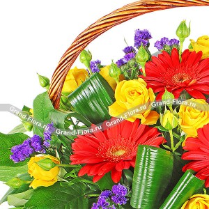 Под небом Сицилии - корзина из роз,хризантем и статицы