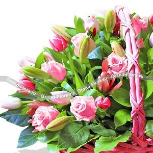 Красная шапочка - корзина из розовых роз и тюльпанов