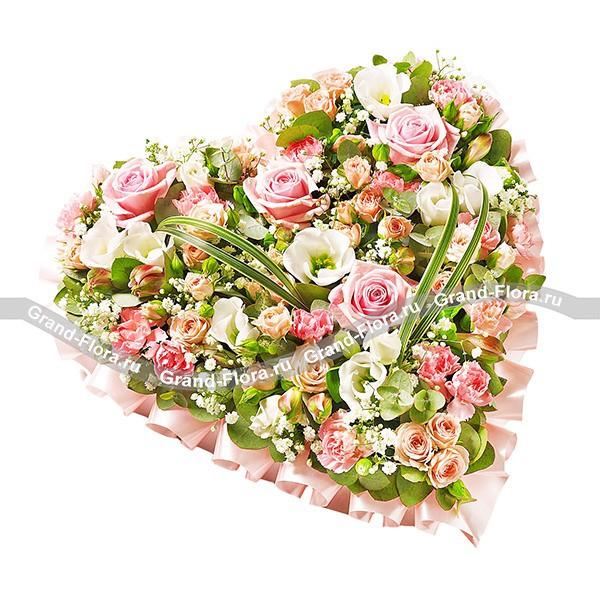 Композиция в форме сердца из розы и эустомы