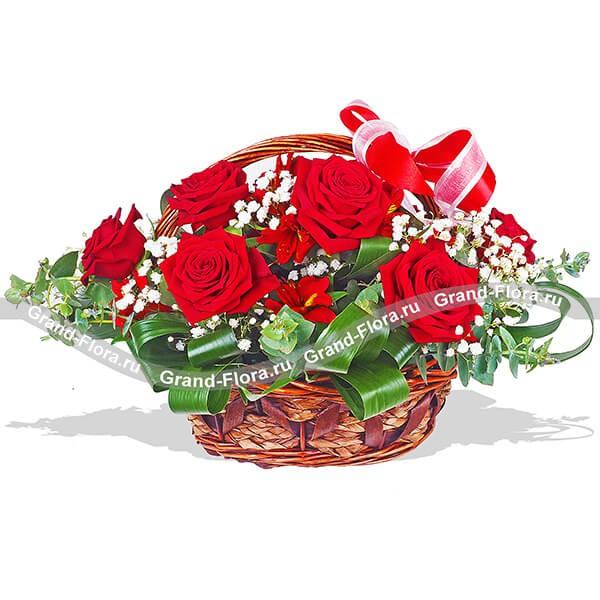 Оригинальная цветочная композиция из алых роз