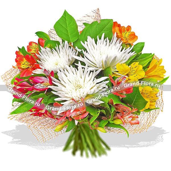 Букет из белых хризантем и альстромерий золотых и красных оттенков