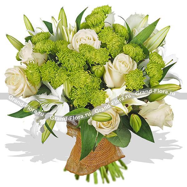 Изысканный букет из белых лилий, кремовых роз и зеленых хризантем