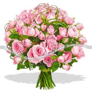 Круглый букет из кустовых розовых роз, украшенный берграсом