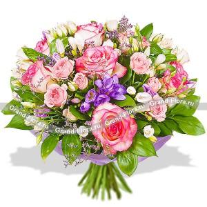 Букет из розовых роз и эустомы