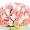 Букет из кремовых и розовых роз