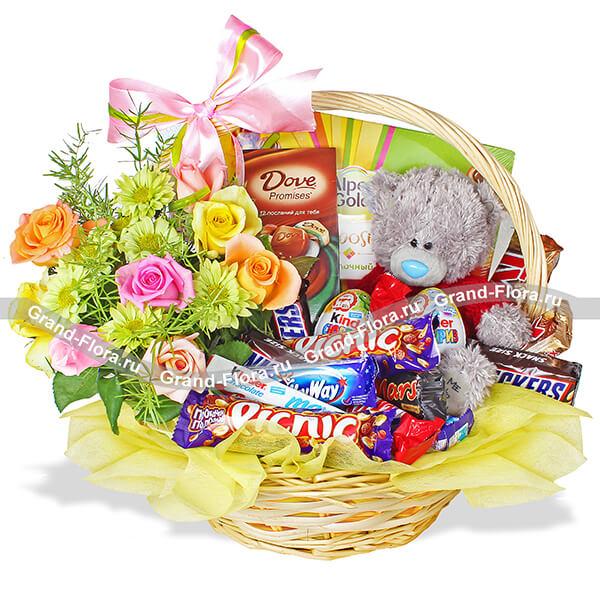 Радужная фантазия - корзина подарочная с цветами и конфетами
