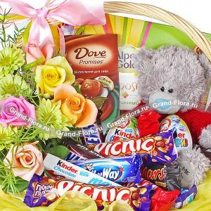 Радужная фантазия - корзина подарочная с цветами и конфетами. Производитель: , артикул: 1929