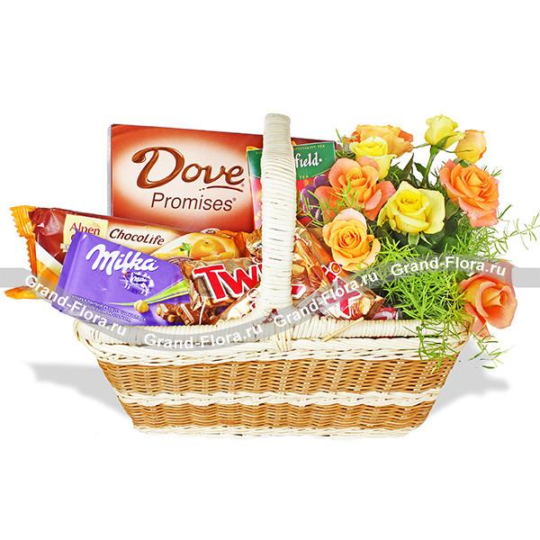 Чайная роза - подарочная корзина из цветов и сладостей