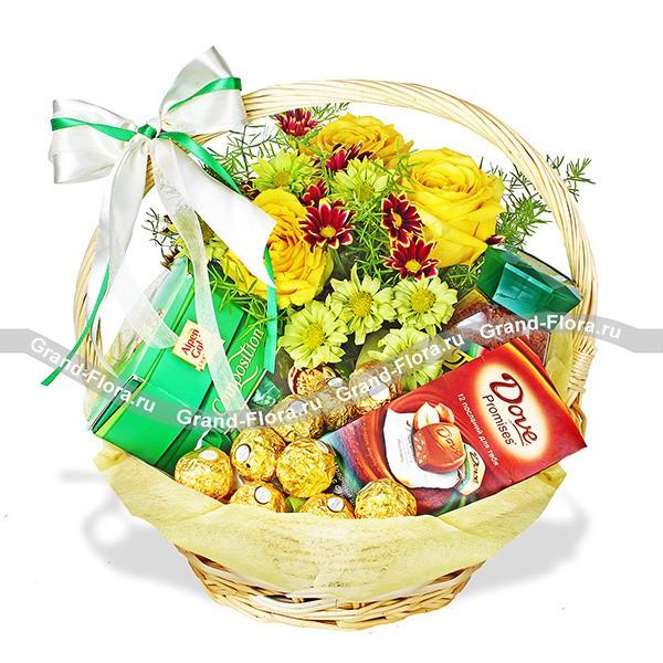 Корзина со сладостями, кофе, хризантемами и розами