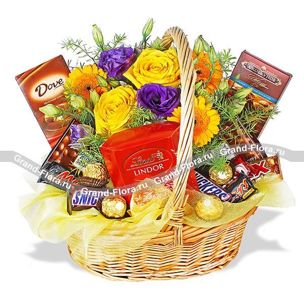 Корзина со сладостями и розами