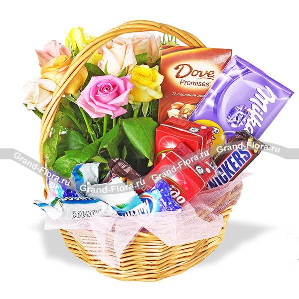 Маленькая сластена - подарочная корзина с цветами и сладостями