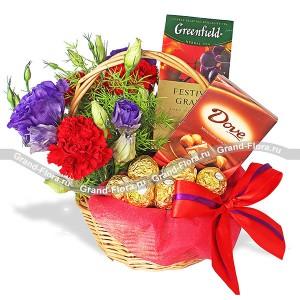 Уютный вечер - подарочная корзина с цветами и сладостями...<br>