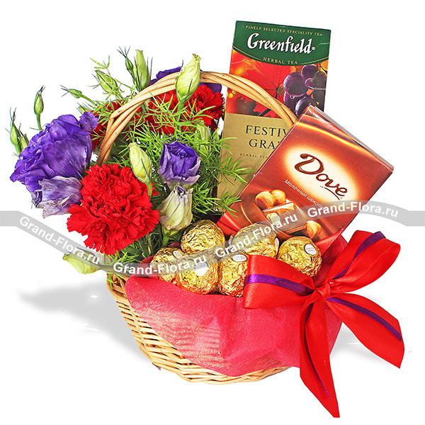 Уютный вечер - подарочная корзина с цветами и сладостями